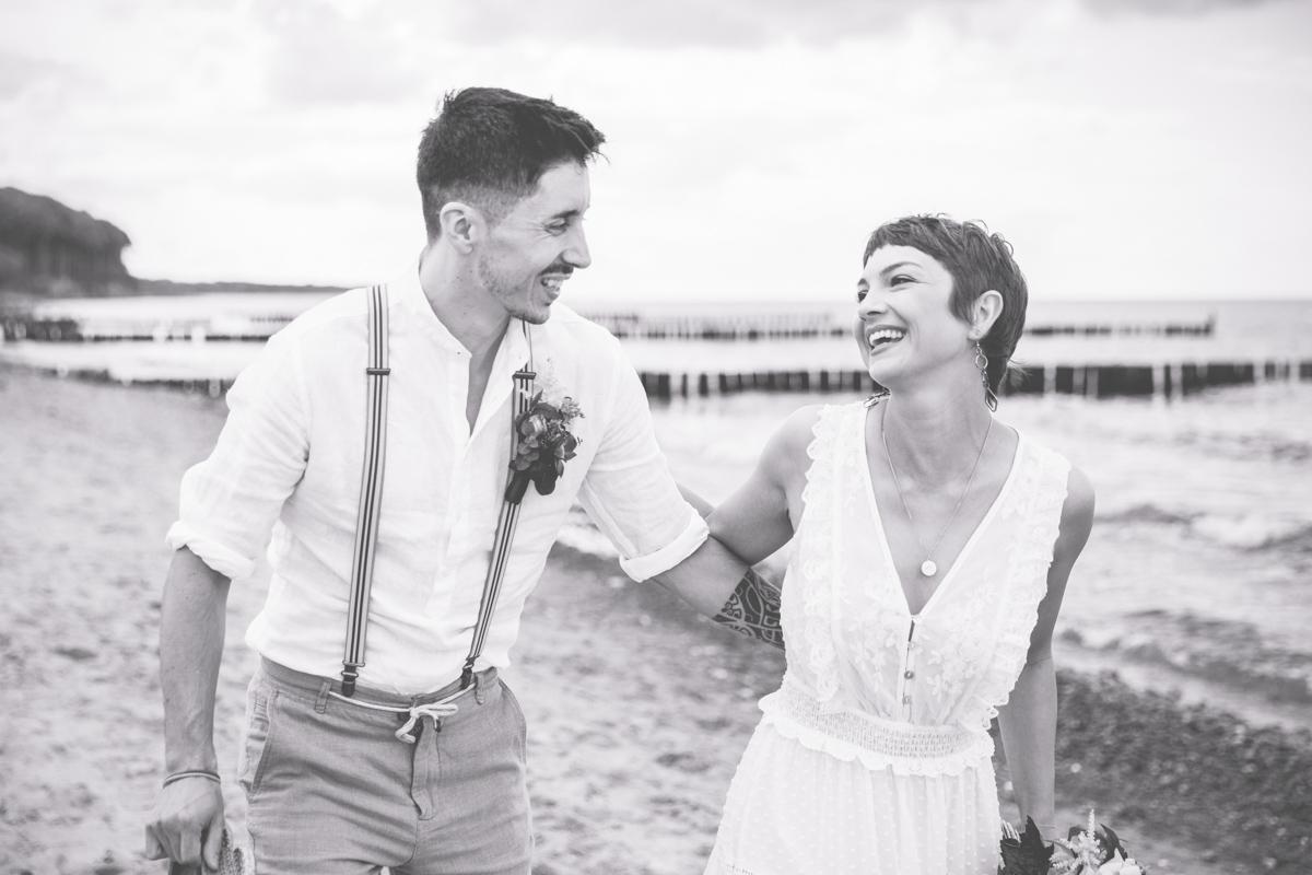 Fotos einer Hochzeit am Strand.