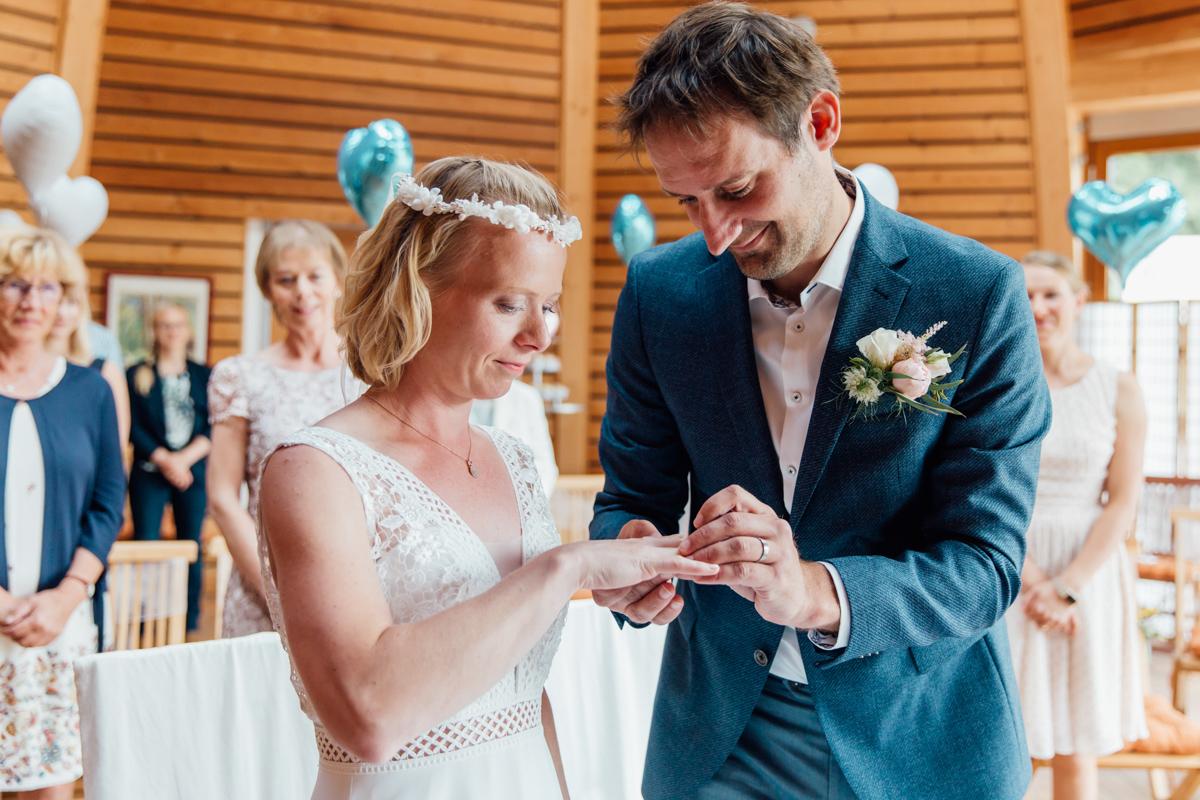 Brautpaar bei der Ringübergabe.