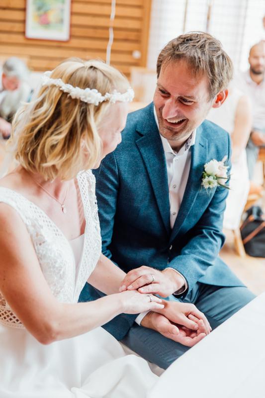 Verliebtes Brautpaar während der Hochzeitszeremonie.