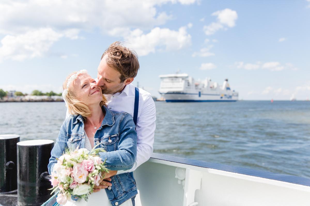 Hochzeitsfoto während einer Fährfahrt.