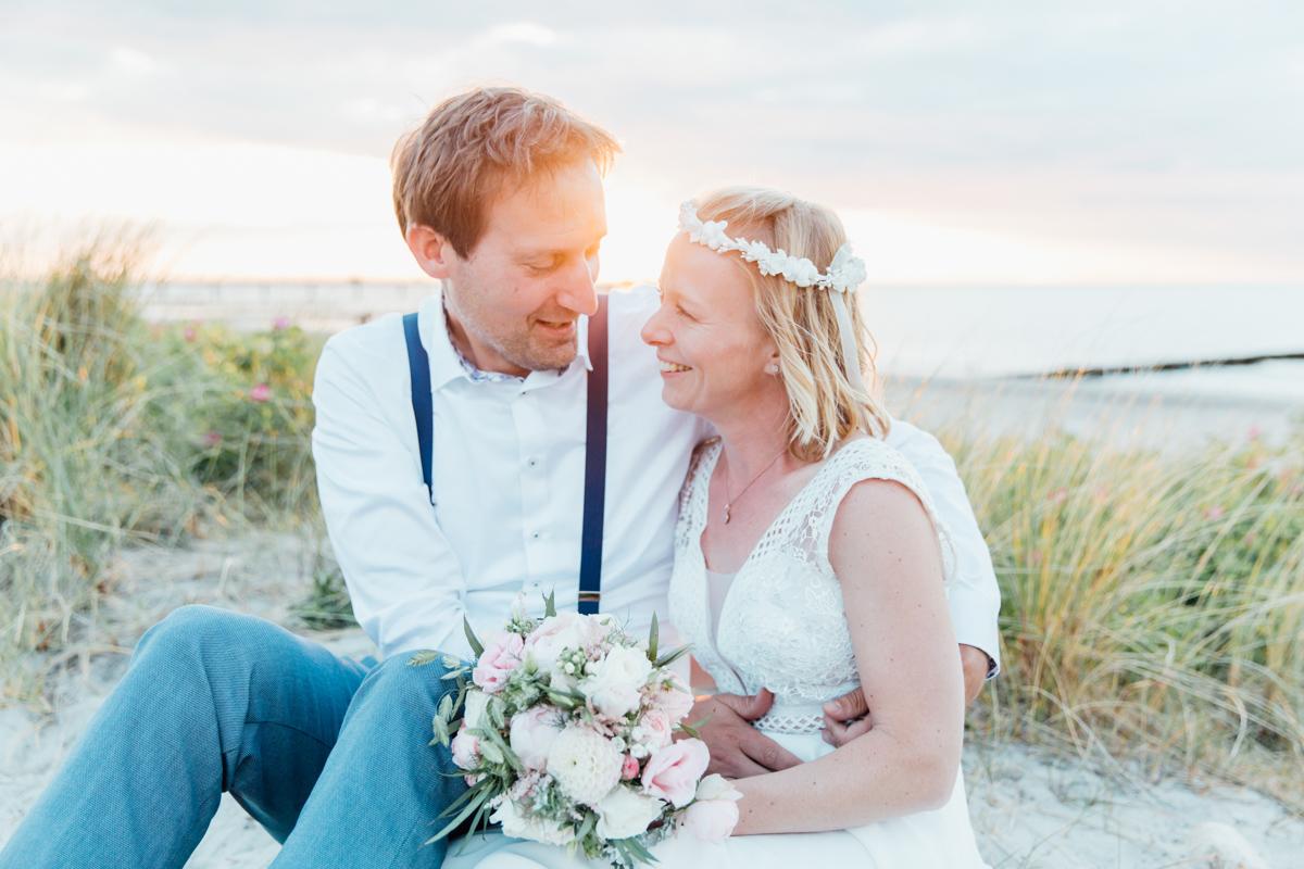 Brautpaar Portrait bei Sonnenuntergang.