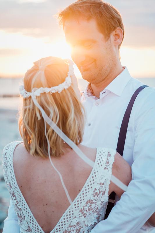 Verliebtes Paar beim Sonnenuntergang am Strand.
