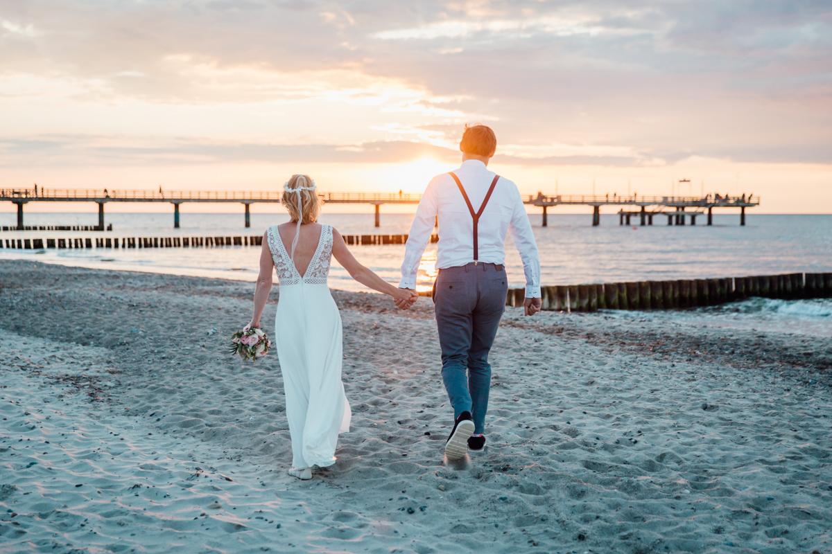 Heiraten bei Sonnenuntergang am Strand.