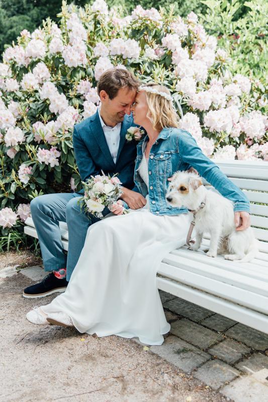 Hochzeitsfoto eines Paares, dass mit Hund geheiratet hat.