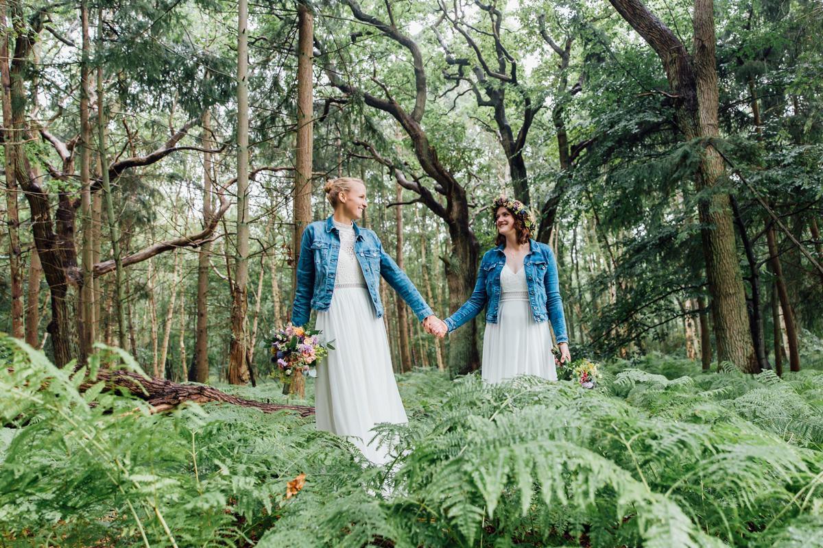 Zwei Bräute beim Fotoshooting im Wald.