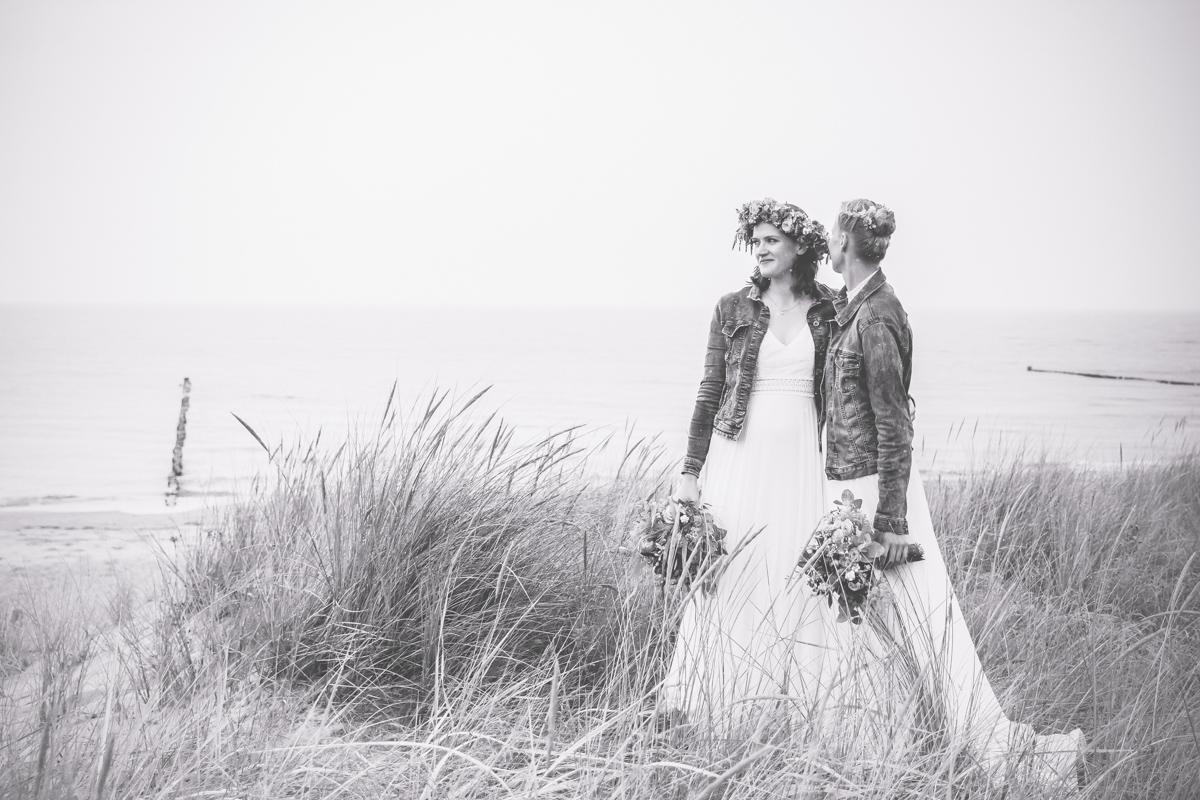 Fotos einer Frauenhochzeit an der Küste.