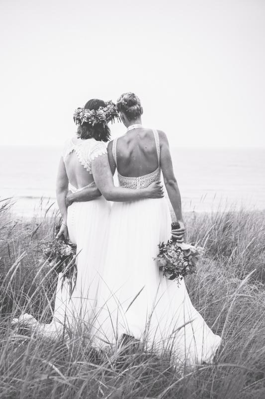 Brautpaarfotoshooting bei einer Frauenhochzeit.