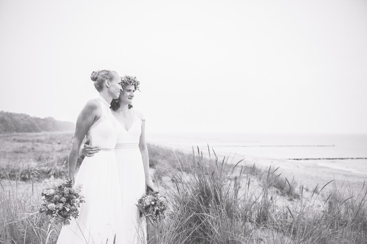 Fotoshooting mit zwei Bräuten in der Düne.