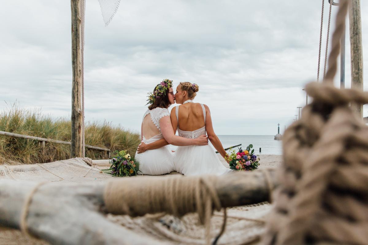 Zwei Bräute beim Fotoshooting am Meer.